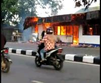 Dua Pos Polisi di Pontianak Dibakar Massa Tak Dikenal