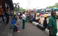 Warga Diminta Beli Tiket Bus ke Petugas Berseragam di Terminal Kampung Rambutan