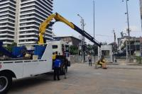 Polisi Bongkar Kawat Berduri dan Barier Beton di Depan Bawaslu