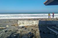 Ombak Tinggi Menyeret Wisatawan saat Liburan di Pantai Selatan