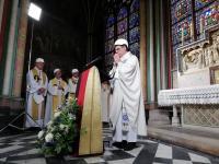 Jemaat Hadiri Misa di Katedral Notre Dame dengan Mengenakan Helm