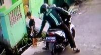 Viral Pria Berjaket Ojol Rampas HP Bocah yang Pipis di Pinggir Jalan