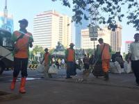 Petugas Bersihkan Sampah Usai Massa Aksi Kawal Sidang MK Bubarkan Diri