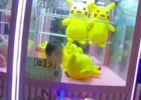 Ingin Boneka Pikachu, Bocah 3 Tahun Ini Terjebak di Mesin Mainan