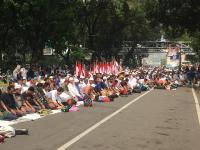 Massa Aksi Kawal Sidang Putusan MK Salat Zuhur Jamaah