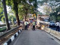 Truk Besar Tabrak Beton Busway di Permata Hijau, Lalu Lintas Tersendat
