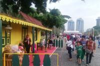 Warga Antusias Menikmati Makanan Tradisional di Acara Lebaran Betawi