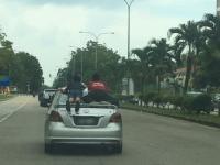 2 Bocah Malaysia Bergelantung di Belakang Mobil Viral, Seorang Bapak Ditangkap