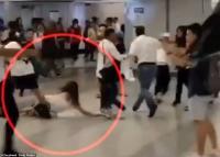 """Momen """"Geng Triad"""" Pukuli Perempuan Hamil saat Kerusuhan di Stasiun Hong Kong"""
