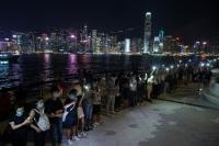 Massa Pro-Demokrasi Hong Kong Bergandeng Tangan Bentuk Rantai Manusia