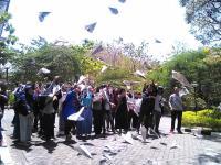 Beri Penghormatan Terakhir BJ Habibie, Mahasiswa ISI Terbangkan Pesawat Kertas