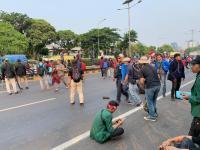 Mahasiswa Blokade Jalan Tol Depan Gedung DPR