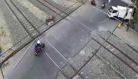 Viral <i>Emak-Emak</i> Terobos Palang Pintu Kereta Api, Netizen: Kurang Jatah Belanja