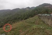 Detik-Detik Taksi Jatuh ke Dalam Jurang 121 Meter, Sopir Selamat