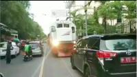 Viral Mobil Plat Merah Parkir Sembarangan Halangi Jalur Kereta Api