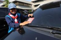 """Mobil Pejabat Serentak Dipasang Stiker """"Nek Aku Korupsi, Aku Ora Slamet"""""""