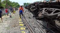 Kereta Api Angkut Semen Terguling di Stasiun Doplang Blora