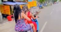 Polisi Selidiki Viral 2 Wanita Pakai Daster Mandi Sambil Kendarai Motor