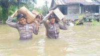 Polisi di Perbatasan Pikul Bantuan Sambil Arungi Banjir Setinggi Dada Orang Dewasa
