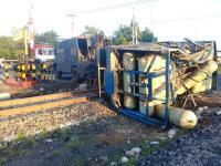 Truk Tabung Gas Tertabrak Kereta Pengangkut BBM hingga Terguling