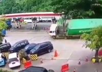 Kronologi Kontainer Terguling Tabrak Deretan Mobil di <i>Rest Area</i> Tol Cipularang