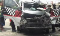 Hindari Lubang, Minibus Tabrak Truk di Tol Cipali