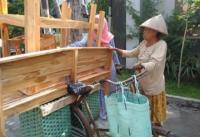 Viral Nenek Jual Meja-Kursi Kayu Keliling Naik Sepeda Onthel