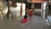 Banjir di Tegal Berubah Jadi Area Bermain Anak