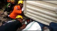 Evakuasi Korban Tergencet Truk Molen, Basarnas Terjunkan Alat Canggih
