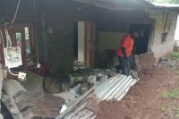 Tebing 4 Meter di Buleleng Ambrol, Longsoran Timpa Rumah
