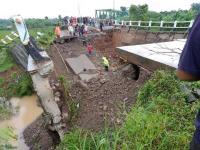 Jembatan Bodem di Purwakarta Ambruk, Diduga 6 Warga Jadi korban