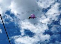 Balon Udara Nyangkut di Kabel Sutet, Dievakuasi Petugas PLN