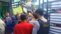 Komplain PPDB Online, Puluhan Warga Serbu Disdik Abaikan Protokol Kesehatan
