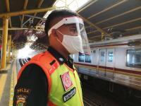 PSBB Transisi, Petugas KRL Gunakan <i>Face Shield</i> Cegah Covid-19