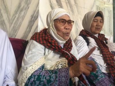 Cerita Siti Aisyah, Nenek 75 Tahun Masih Kuat Berjalan 8 Kilometer di Tanah Suci