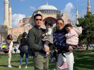 5 Gaya Keren Olla Ramlan dan Keluarga saat Liburan di Turki