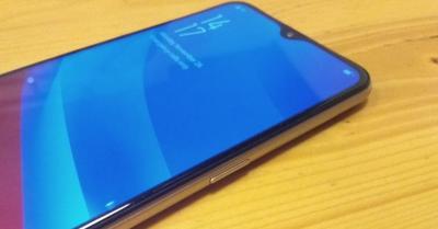 Kesan Pertama Menggenggam Oppo A7, Ponsel Kelas Menengah dengan Desain Premium