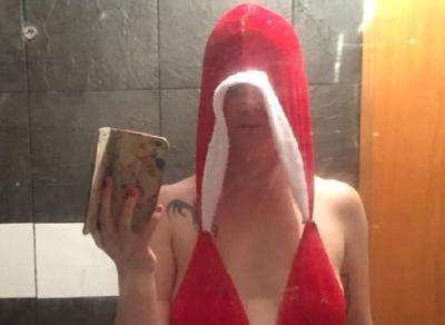 Wanita Ini Pesan Kostum Natal Seksi di Online, yang Datang Malah Bikin Kesal
