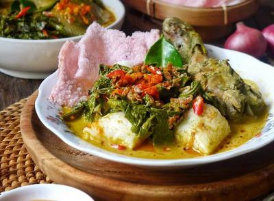 Rindu Kampung Halaman? Makan Siang dengan Ketupat Gulai Ayam Paku dan Sambal Ijo Khas Minangkabau