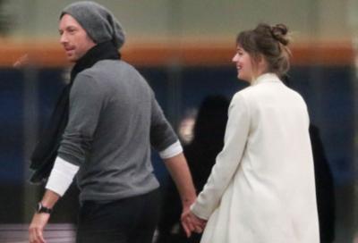 Setahun Pacaran, Chris Martin dan Dakota Johnson Akan Bertunangan