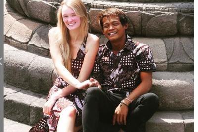 Pria Asal Muntilan, Karna Radheya yang Menikahi Bule Inggris Ternyata Jago Surfing