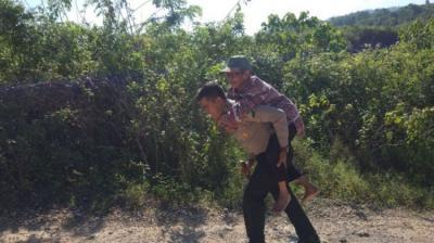Viral Polisi Gendong Siswi SD, Berikut 4 Aksi Heroik Polisi yang Mengharukan!