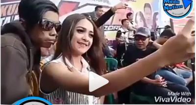 Babang Tamvan Ajak Foto Wanita Cantik, Reaksinya Bikin Ngenes!