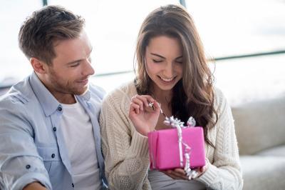 Tak Peduli dengan Harga, 6 Zodiak Ini Suka Kasih Kejutan Lewat Hadiah