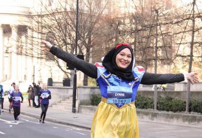 Hijaber Cantik Lari Marathon Pakai Kostum Snow White, Niatnya Sangat Mulia
