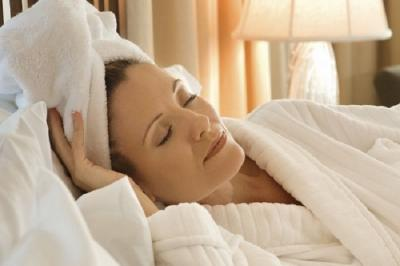 Awas, Ini Bahaya Tidur Rambut Masih Basah
