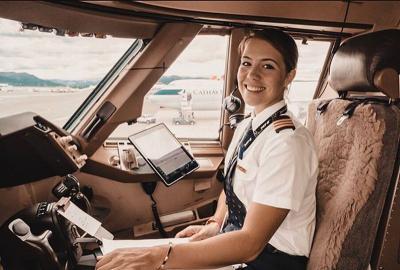 Cantiknya Eva Claire, Pilot Cathay Pacific yang Buat Pria Terbang ke Awang-Awang