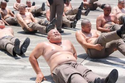 Kegemukan, Polisi Ini Ditelanjangi dan Dipaksa Berolahraga