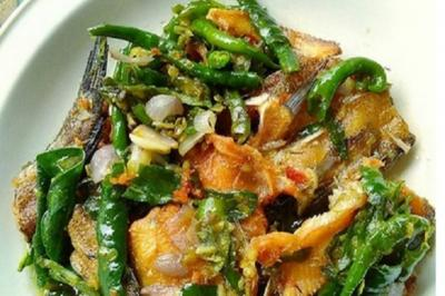 Nasi Hangat Plus Ikan Asin Cabai Hijau, Awas Kalap