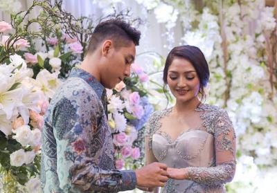 Kenakan Kebaya Abu-Abu, Siti Badriah Tampil Cantik saat Dilamar